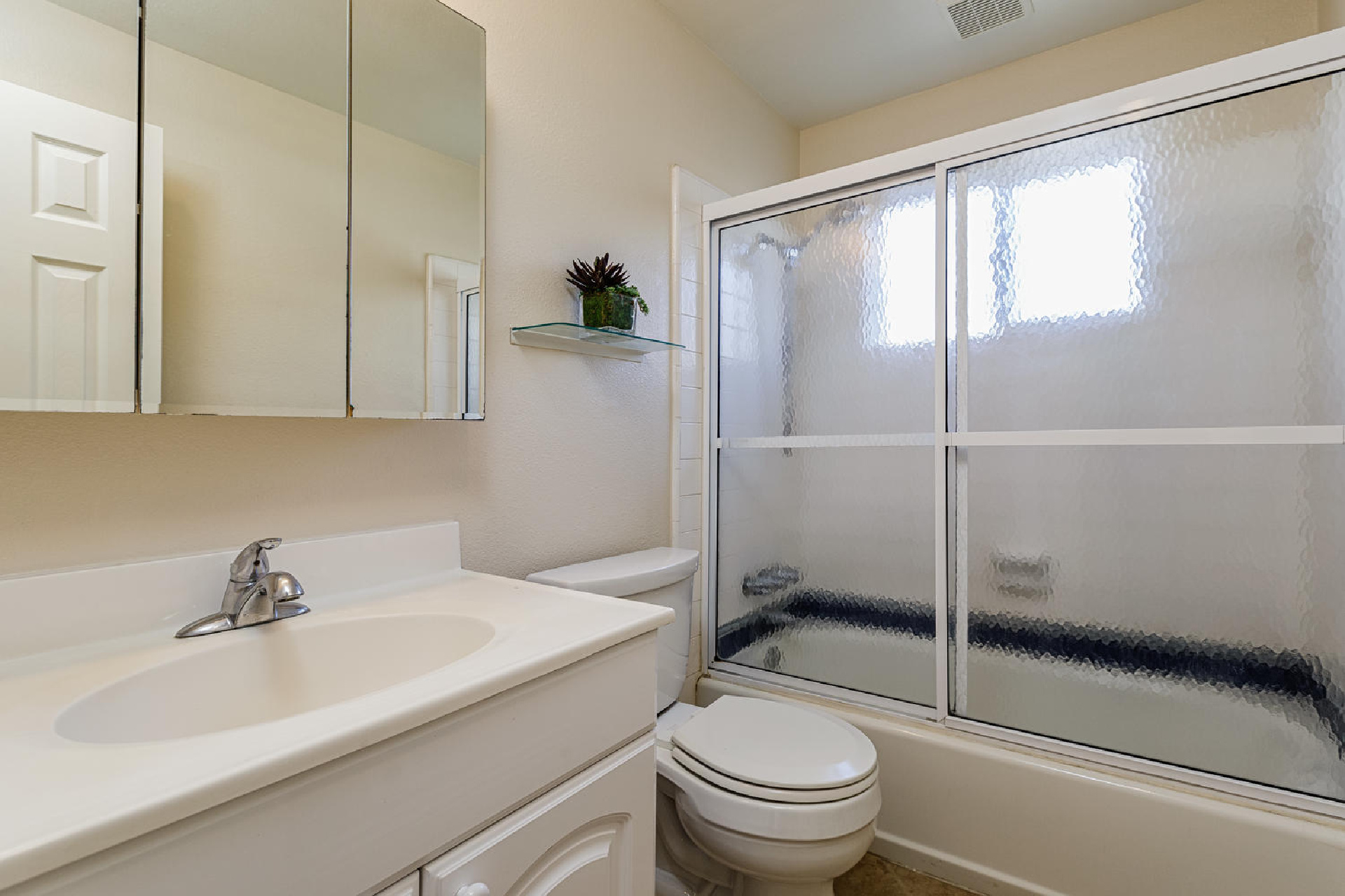 http://addressrealestate.com/media/images/blogs/38/2/b_10-1408-ocean-dr-oxnard-ca-93035-mls-size-018-30-bathroom-1-1500x1000-72dpi.jpg