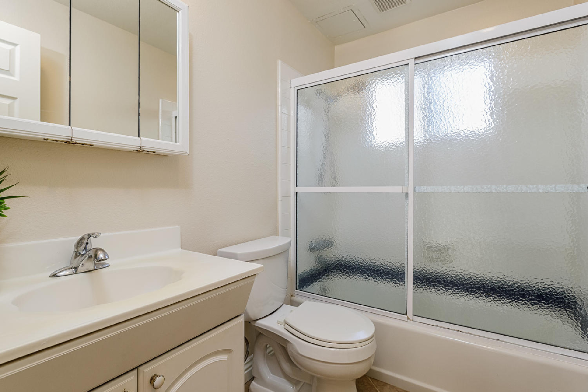 http://addressrealestate.com/media/images/blogs/38/2/b_14-1408-ocean-dr-oxnard-ca-93035-mls-size-019-28-bathroom-2-1500x1000-72dpi.jpg
