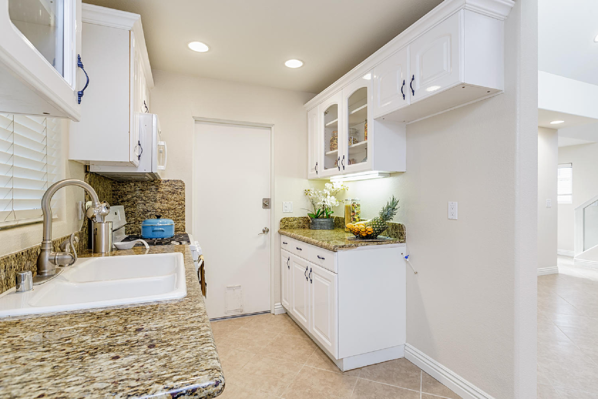 http://addressrealestate.com/media/images/blogs/38/2/b_6-1408-ocean-dr-oxnard-ca-93035-mls-size-006-18-kitchen-1500x1000-72dpi.jpg